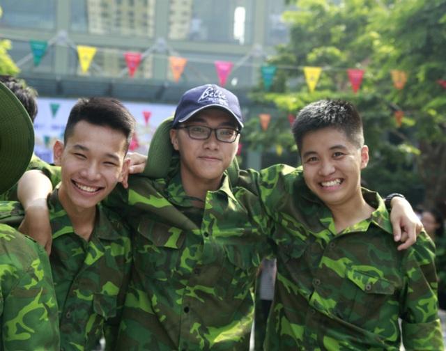 """Học sinh trường Lương Thế Vinh """"cực chất"""" với màu áo lính ngày khai giảng - 7"""