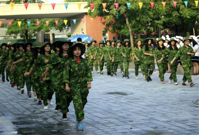 """Học sinh trường Lương Thế Vinh """"cực chất"""" với màu áo lính ngày khai giảng - 9"""