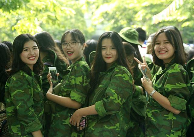 Nữ sinh trường Lương Thế Vinh cực chất trong màu áo lính