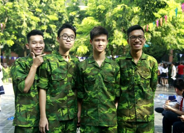 """Học sinh trường Lương Thế Vinh """"cực chất"""" với màu áo lính ngày khai giảng - 4"""