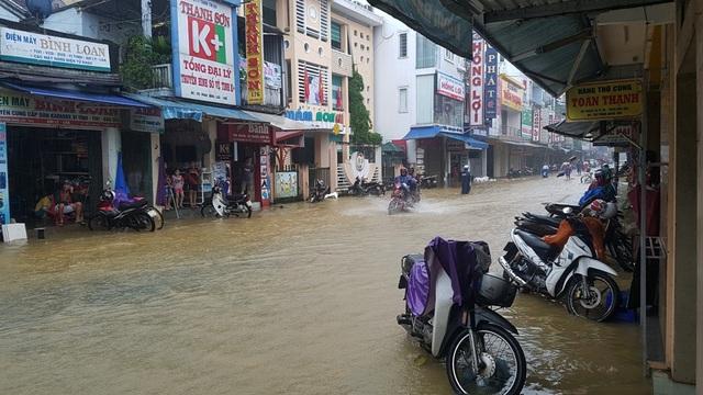 Đường Phan Đăng Lưu vốn cao ráo nhưng cũng đã bị nước tấn công vào lúc chiều