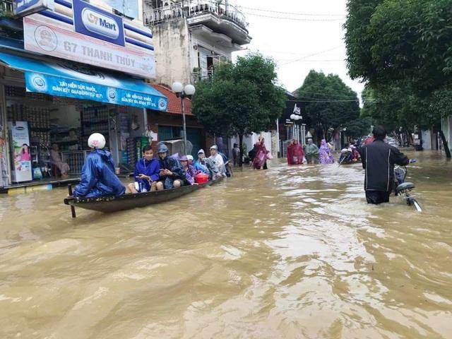 Nhiều tuyến đường phố tại Huế đã phải di chuyển bằng ghe vì nước sâu (ảnh: Z.Trương)