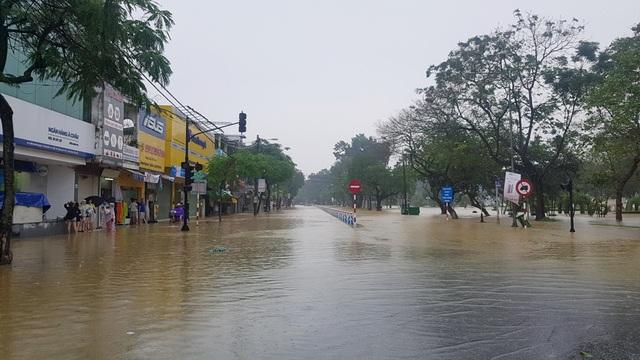 Đường Trần Hưng Đạo đoạn cầu Phú Xuân trong biển nước