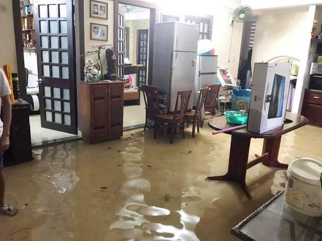 Nước tràn vào nhà người dân ven sông An Cựu ở đường Phan Chu Trinh (ảnh: Đ.Phước)