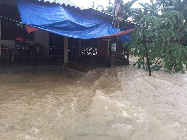 Nước cuồn cuộn chảy vào nhà một người dân ở Thị xã Hương Trà (ảnh: N.Phương)