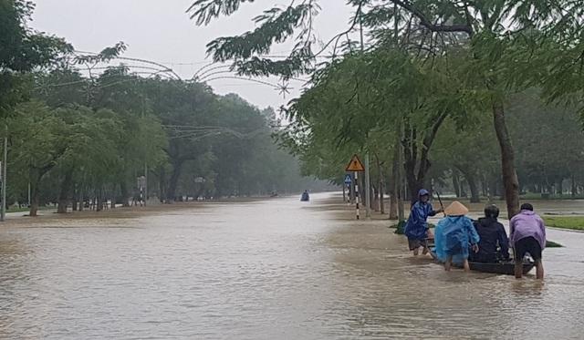 Ghe chạy trên đường Quốc lộ 1A qua Lê Duẩn, TP Huế