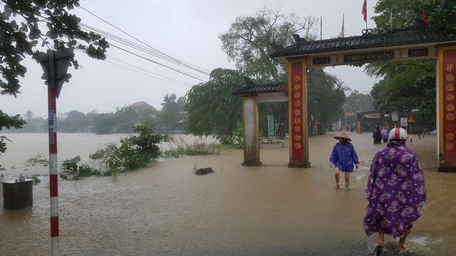 Nước sông An Hòa tràn vào đường liên thôn