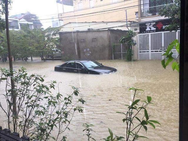 Ô tô ngập gần hết ở đường Nhật Lệ (ảnh: T.Thu)