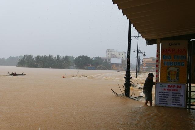 Nước lớn trở lại đang chảy xiết, nguy hiểm tại Đập Đá