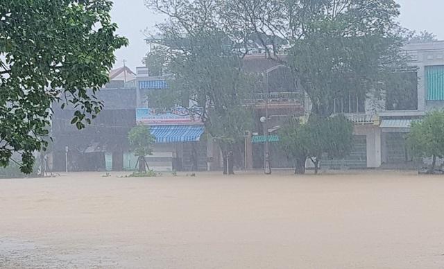 Nước sông Đông Ba đã lên trở lại tràn bờ đường Bạch Đằng và Huỳnh Thúc Kháng, TP Huế