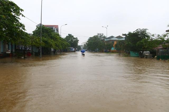 Nhiều tuyến đường ngập sâu tại TP Huế.
