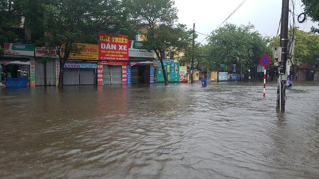Cả biển nước mênh mông đoạn đầu cây xăng đường Nguyễn Huệ