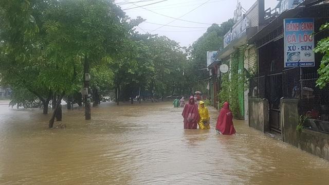 Đường Hải Triều bị nước sông An Cựu tấn công tràn vào bờ, tràn vào các nhà