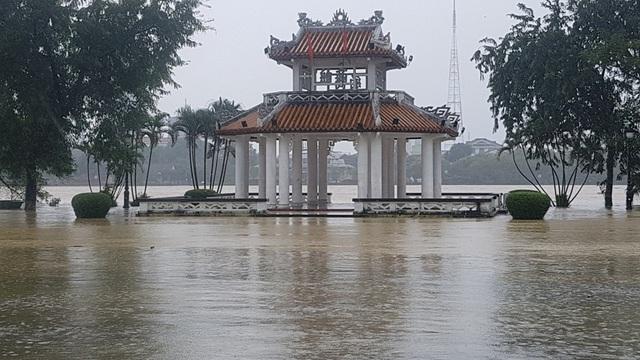 Đình Thương Bạc bị sông Hương bủa vây nước