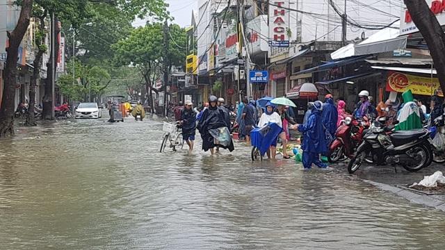 Họp chợ tại một đoạn giao nhau đường Mai Thúc Loan - Ngô Đức Kế