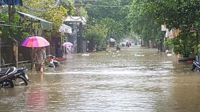 Nước đến đầu gối tại đường Nhật Lệ trong Thành Nội Huế