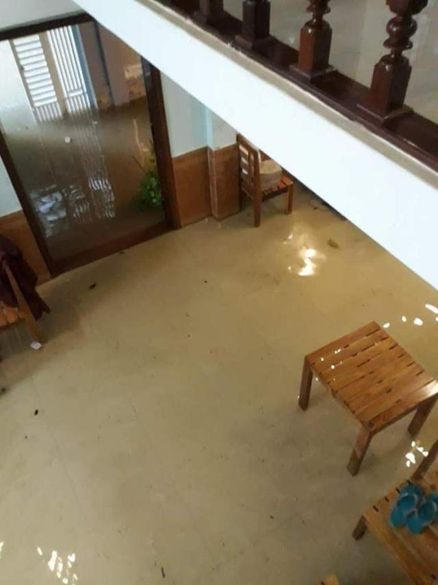 Nước tràn vào nhà (ảnh: X.Q)
