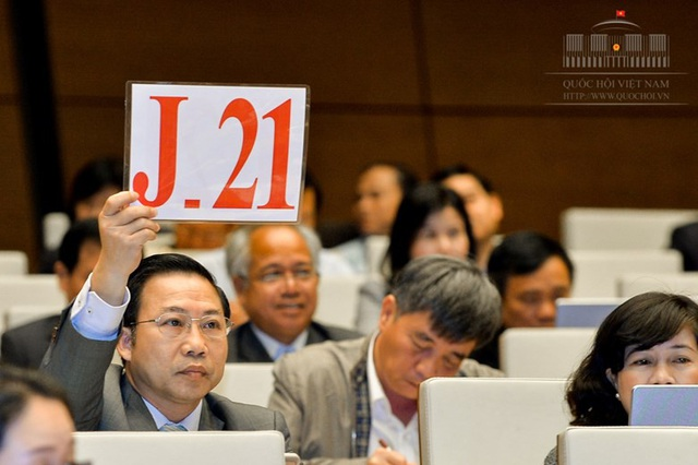 Đại biểu Lưu Bình Nhưỡng giơ biển xin tranh luận tại phiên thảo luận