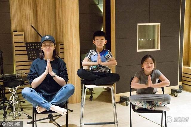 Ba mẹ con Lưu Đào tạo dáng nhỉ nhảnh và đáng yêu tại một phòng thu ở Băc Kinh, Trung Quốc, ngày 8/5. Nữ diễn viên xinh đẹp của màn ảnh Hoa ngữ hạnh phúc và khá bất ngờ khi hai con tới phòng thu thăm cô.
