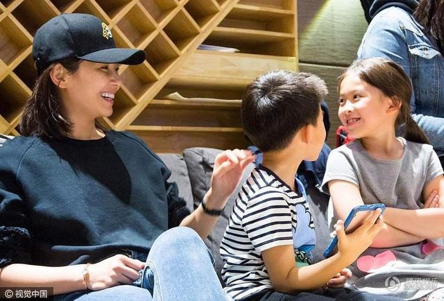 Khoảnh khắc ngọt ngào và tự nhiên của ba mẹ con Lưu Đào được một người bạn của cô ghi lại và đăng tải trên mạng xã hội. Lưu Đào là một trong những nữ diễn viên xinh đẹp và nổi tiếng nhất của Trung Quốc thuộc thế hệ 7x. Cô lập gia đình vào năm 2008 khi đang ở đỉnh cao sự nghiệp.