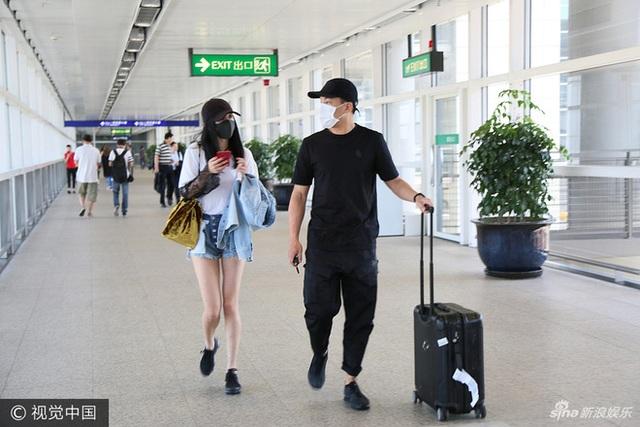 Được biết, sau khi hoàn thành công việc, Dương Mịch liền ra sân bay từ Bắc Kinh trở về Hong Kong để đoàn tụ với chồng con. Hiện tại, cô đang bận rộn với khoảng hai dự án điện ảnh và hàng loạt kế hoạch quảng cáo cho các nhãn hàng. Song, nữ diễn viên 30 tuổi vẫn tranh thủ từng giây phút để về thăm chồng và con gái.