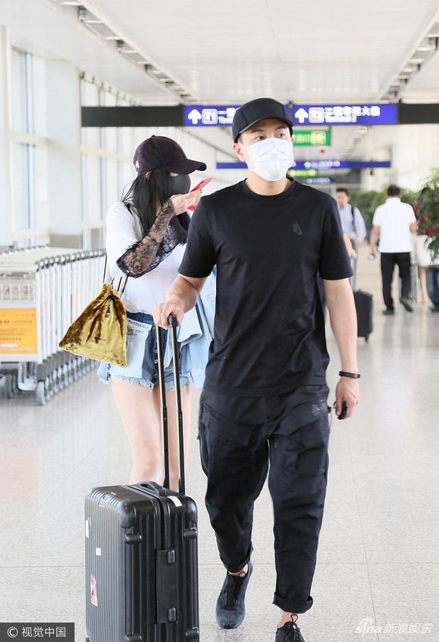 Ngày 26/6, Lưu Khải Uy xuất hiện tại sân bay để đón bà xã Dương Mịch về Hồng Kong thăm nhà. Cả hai ngôi sao nổi tiếng đều đeo khẩu trang để tránh bị giới săn tin và người hâm mộ phát hiện.