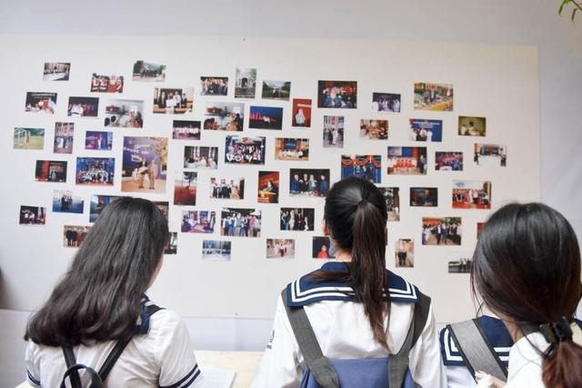 Các em học sinh chăm chú xem lại những hình ảnh thầy Văn Như Cương trong các hoạt động của nhà trường.