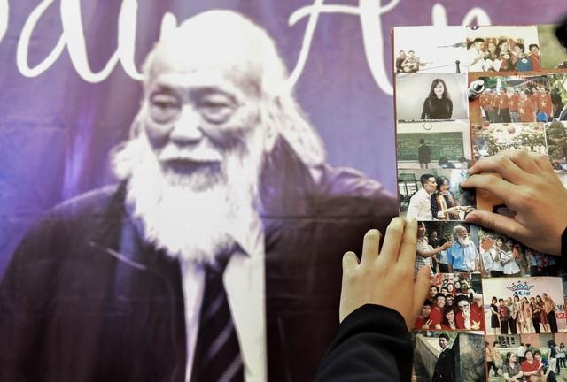 Trên tấm áp phíc triển lãm, các thế học sinh dán lên nhiều bức ảnh để gợi nhắc, ghi nhớ những khoảnh khắc học trò, kỷ niệm với bạn bè, thầy cô.