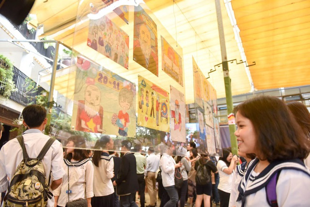 Một góc đặc biệt trưng bày các bức tranh học sinh vẽ thầy Văn Như Cương.