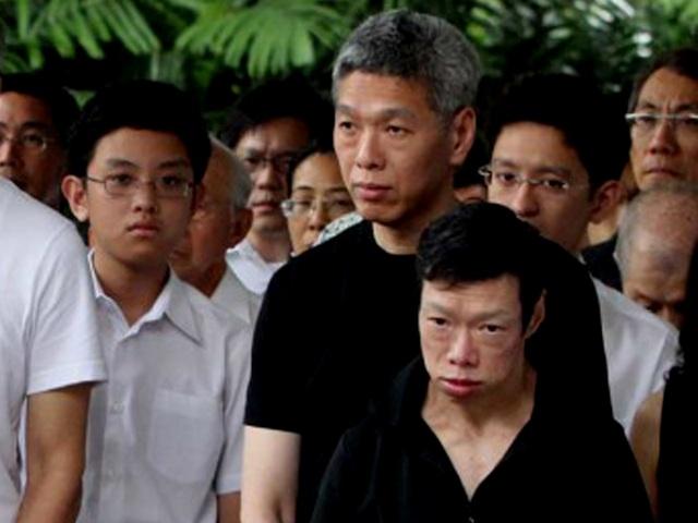 Ông Lý Hiển Dương (áo đen, sau) và bà Lý Vĩ Linh (áo đen, trước). (Singapore Times)