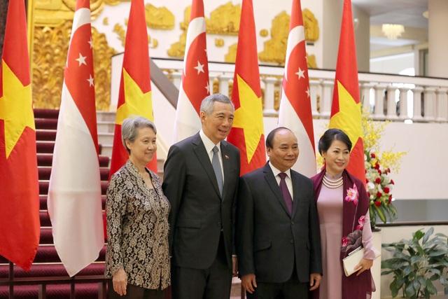 Thủ tướng Nguyễn Xuân Phúc và Phu nhân chụp ảnh lưu niệm cùng Thủ tướng Lý Hiển Long và Phu nhân tại trụ sở Chính phủ (Ảnh: Hữu Nghị)