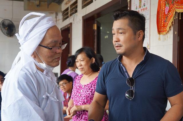 Diễn viên Lý Hùng đến viếng và chia buồn cùng gia đình đạo diễn Lê Mộng Hoàng
