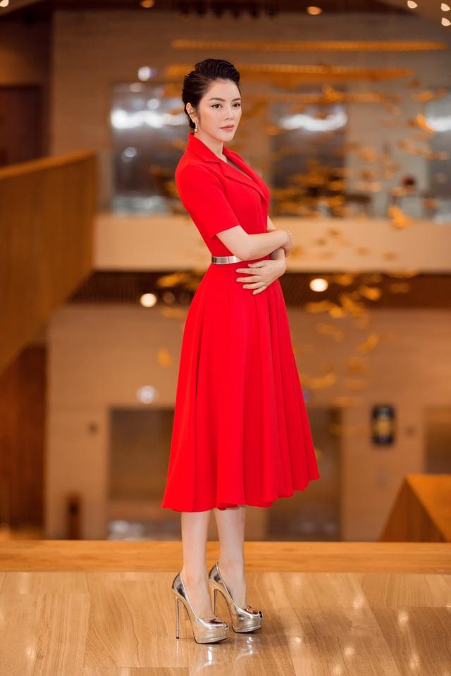Lý Nhã Kỳ xuất hiện trong trang phục đỏ quyền lực và quyến rũ tại chương trình