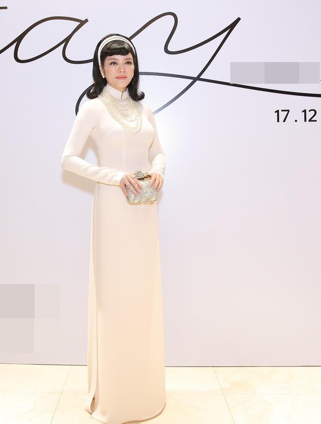 Người đẹp - doanh nhân Lý Nhã Kỳ xuất hiện trong bộ áo dài trắng cùng lối make up, làm tóc tái hiện hình ảnh những quý cô sang trọng thập niên 60-70.