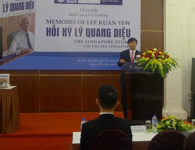 Thứ trưởng Bộ Ngoại giao Việt Nam Đặng Đình Quý phát biểu tại lễ ra mắt hồi ký của Lý Quang Diệu