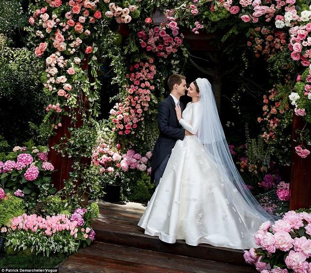 Miranda Kerr hé lộ hình ảnh trong đám cưới của cô với tỷ phú 9X Evan Spiegel hôm 27/5 vừa qua tại nhà riêng của họ ở Brentwood, California, Mỹ. Chỉ có 45 vị khách được mời tham dự hôn lễn của cặp đôi này