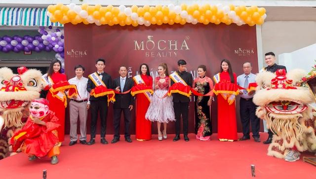 TGĐ. Bùi Thị Thu Hà cùng đại diện chính quyền và các đối tác cắt băng khánh thành nhà máy đạt chuẩn CGMP