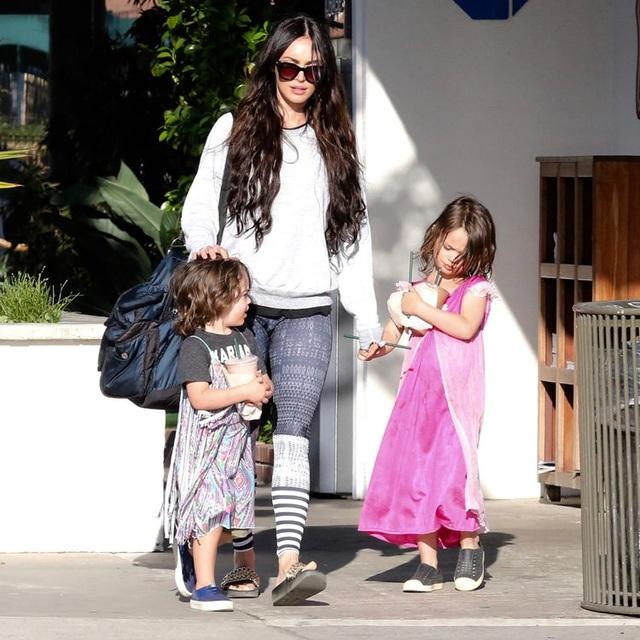 Megan Fox - bà mẹ đảm của 3 cậu con trai dễ thương, tuy nhiên khi nhìn hình ảnh này, nhiều người sẽ nghĩ sao phim Robot đại chiến có con gái!