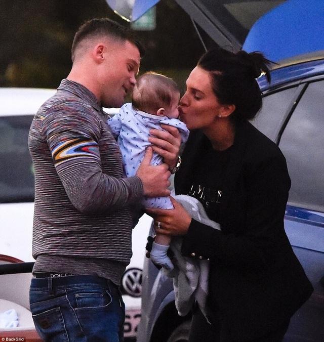 Cựu hoa hậu Anh Danielle Lloyd và bạn trai Michael ONeil đưa con trai nhỏ Ronnie ra phố ngày 3/12 vừa qua