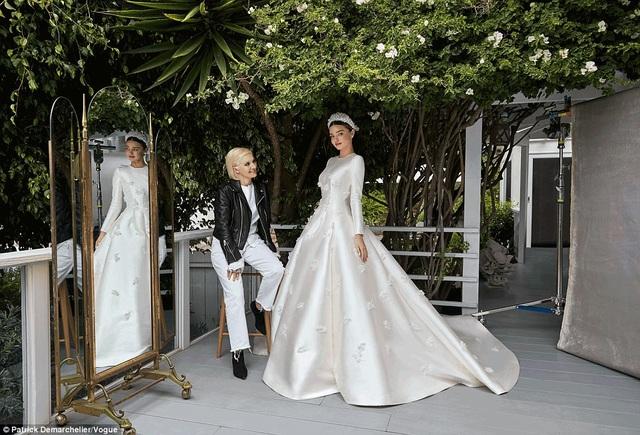 Miranda Kerr mặc chiếc váy kiểu dáng trang nhã và thanh lịch của nhãn hiệu Dior trong hôn lễn lần thứ 2 của mình. Siêu mẫu người Úc chia sẻ, cô chưa thấy chiếc váy cưới nào đẹp hơn thế