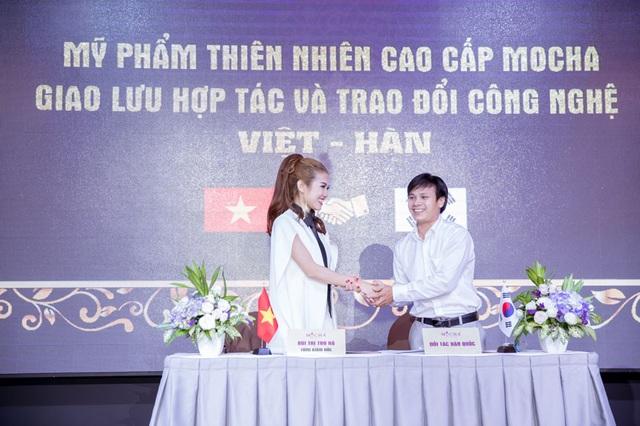 TGĐ. Bùi Thị Thu Hà ký kết hợp đồng chuyển giao ứng dụng công nghệ Việt – Hàn vào sản xuất mỹ phẩm sạch với đối tác Hàn Quốc đại diện Ông Trần Lữ