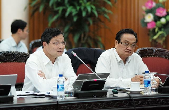 Ông Vũ Viết Ngoạn (trái) và ông Trần Du Lịch (phải) đóng góp ý kiến tại cuộc họp.