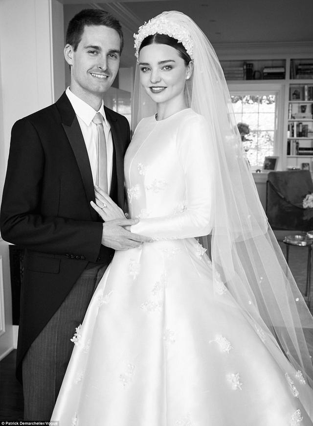 Bộ váy lấy cảm hứng từ váy cưới mà Grace Kelly mặc trong hôn lễ của cô với hoàng tử Rainier của Monaco vào năm 1956. Grace là thần tượng của siêu mẫu 33 tuổi