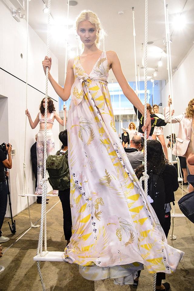 Người mẫu của NTK Cynthia Rowley đứng trên xích đu