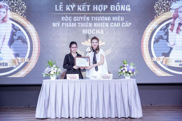 TGĐ. Bùi Thị Thu Hà trao tặng chứng nhận nhà phân phối độc quyền