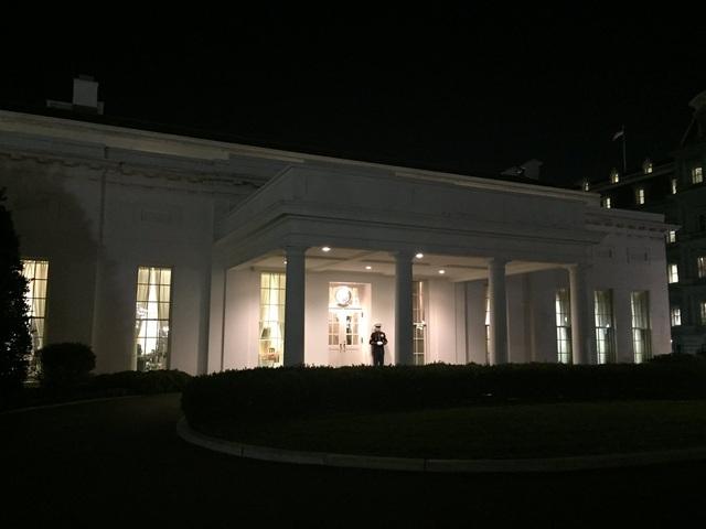 Một lính thủy đánh bộ Mỹ rời vị trí gác ở cánh tây Nhà Trắng, báo hiệu Tổng thống Obama đã rời Phòng Bầu dục trong đêm cuối cùng tại Nhà Trắng trước khi kết thúc nhiệm sở.