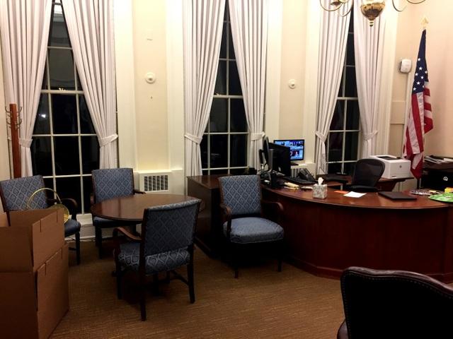 Ngoài một số giấy tờ để lại cho người kế nhiệm, các bàn làm việc ở Nhà Trắng đều trống trơn.