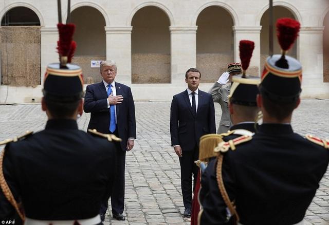 Nghi thức tiếp đón Tổng thống Donald Trump tại Pháp. (Ảnh: AP)