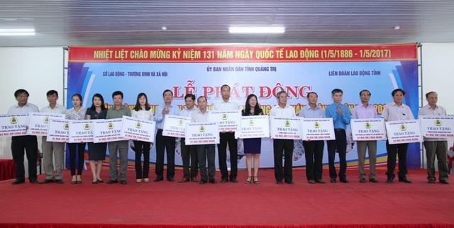 Lãnh đạo Tổng LĐLĐ Việt Nam và UBND tỉnh Quảng Trị trao Mái ấm công đoàn cho đại diện các đơn vị có người lao động khó khăn về nhà ở