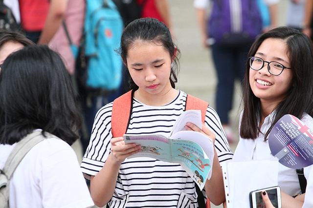 Thí sinh xem lại bài tại hội đồng thi Trường THPT Chu Văn An (Hà Nội). (Ảnh: Mai Châm)